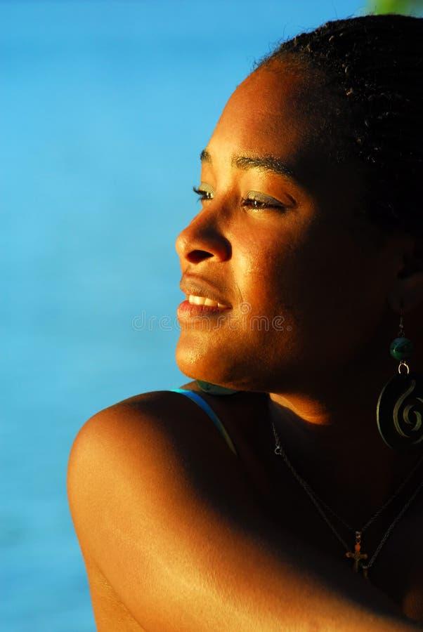 Mooi zwart eilandmeisje stock afbeelding