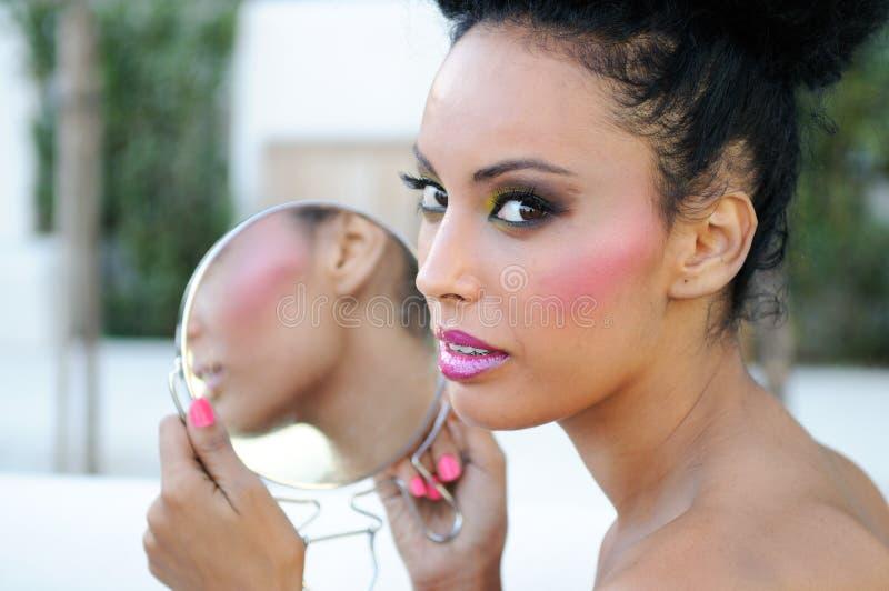 Mooi zwart meisje met spiegel stock fotografie