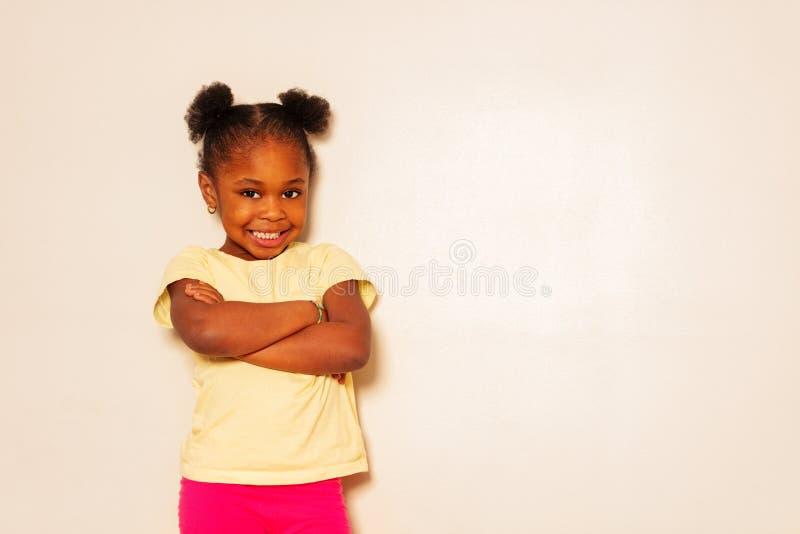 Mooi zwart volledig de hoogteportret van de meisjesglimlach royalty-vrije stock foto's
