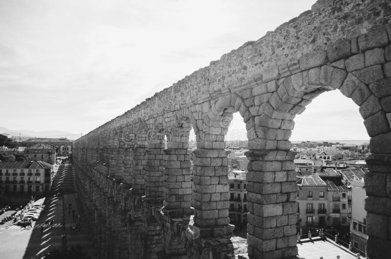 Mooi zwart-wit schot van een aquaduct in Spanje royalty-vrije stock afbeelding