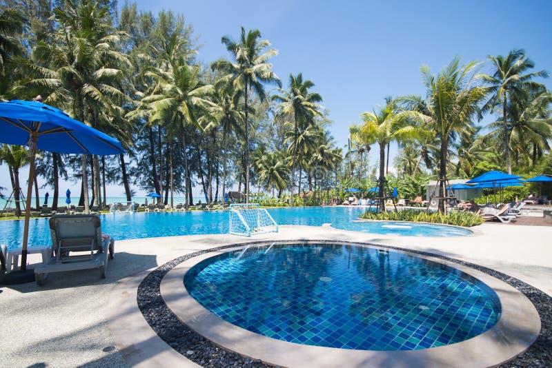 Mooi zwembad die het overzees overzien stock foto