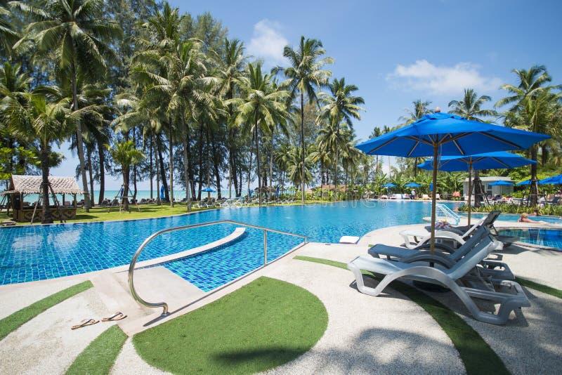 Mooi zwembad die het overzees overzien stock afbeeldingen