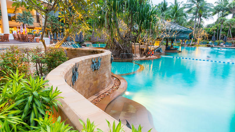 Mooi zwembad in tropische toevlucht, Thailand stock afbeeldingen