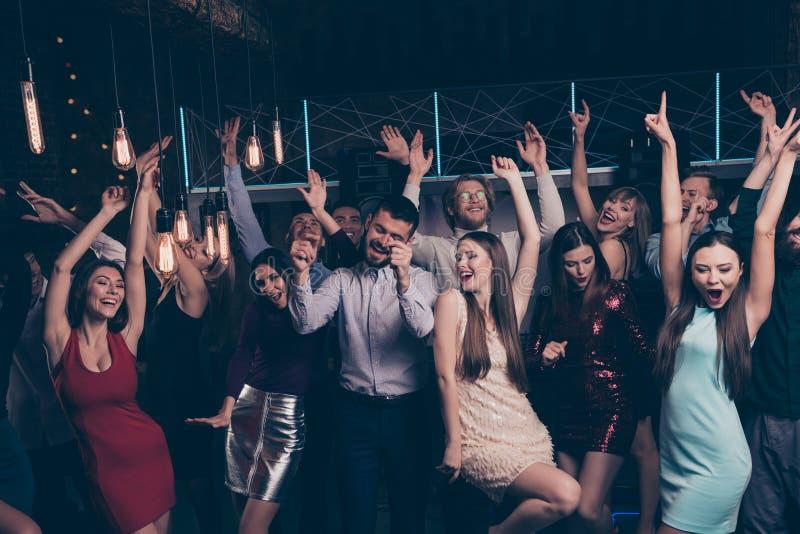 Mooie aantrekkelijke betoverend glanst vrolijke blije positieve modieuze dames en heren die pret festal feestelijk hebben stock foto