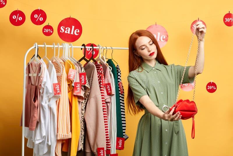 Mooie aantrekkelijke vrouw die zich voor de garderobe bevinden royalty-vrije stock afbeelding