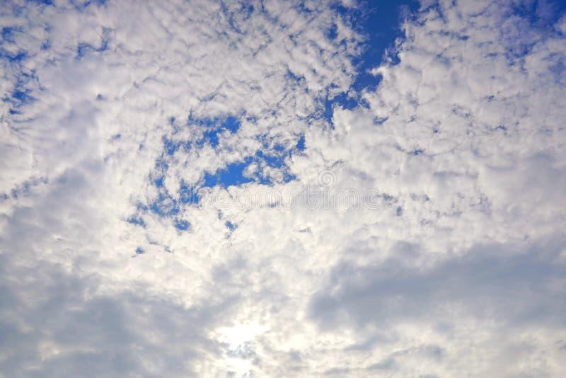 Mooie aard blauwe hemel met wolken in de ochtend, Kleurrijke hemel als achtergrond stock afbeeldingen