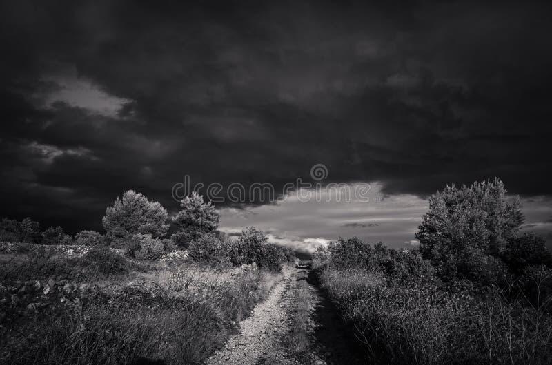 Mooie aard en landschapsfoto in zwart-wit van inkomend onweer in Kroatië royalty-vrije stock afbeeldingen