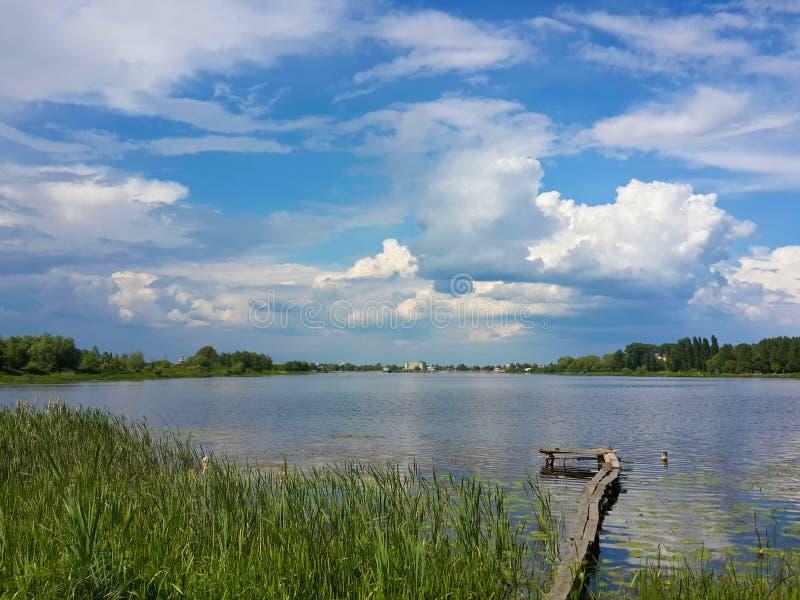 Mooie aard, rivier en bewolkte blauwe hemel stock fotografie