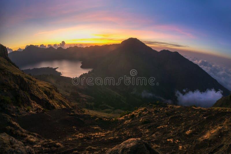 Mooie aard van Kenderong-berg in fogSunset bij Sembalun-basiskamp stock afbeelding