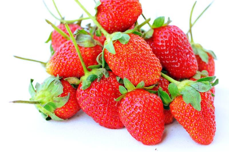 Mooie aardbeien die op wit worden geïsoleerdd stock afbeelding