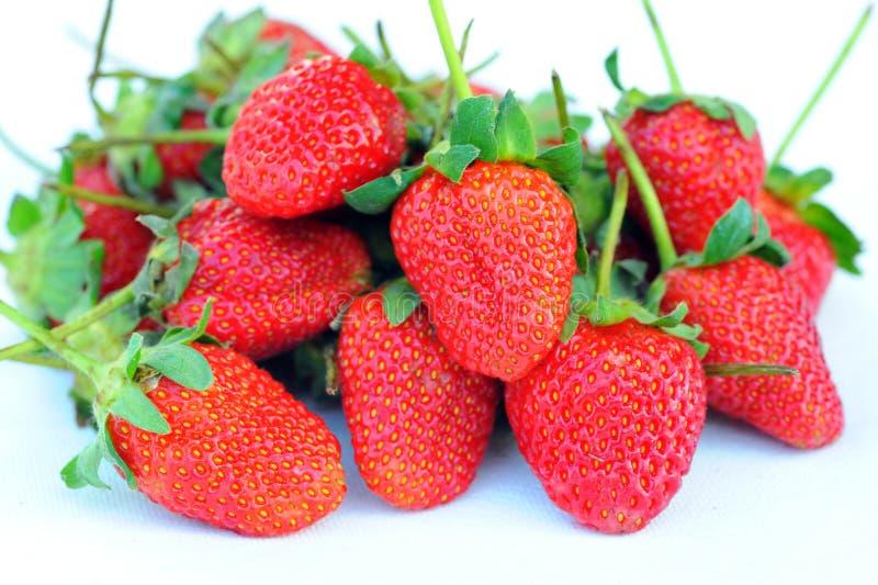Mooie aardbeien die op wit worden geïsoleerdd stock afbeeldingen
