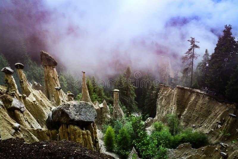 Mooie aardepiramides in het Italiaans dolomiet stock afbeelding