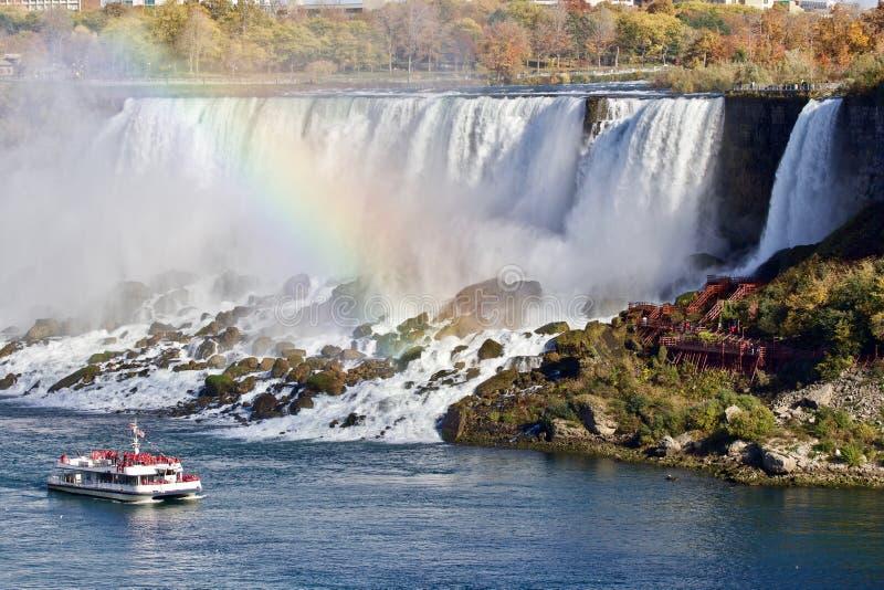 Mooie achtergrond met verbazende Niagara-waterval, regenboog, en een schip royalty-vrije stock foto's