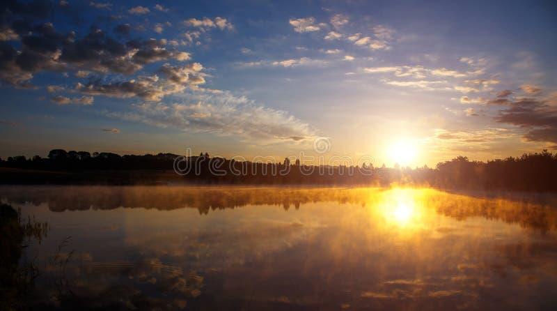 mooie achtergrond van aard prachtig nevelig landschap verbazende mistige ochtend, kleurrijke die hemel in het water van rustig wo royalty-vrije stock foto