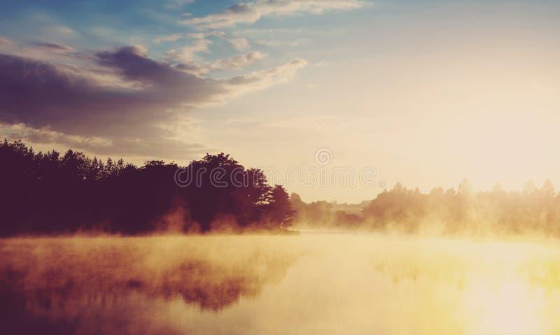 mooie achtergrond van aard prachtig nevelig landschap verbazende mistige ochtend, kleurrijke die hemel in het water van rustig wo royalty-vrije stock fotografie
