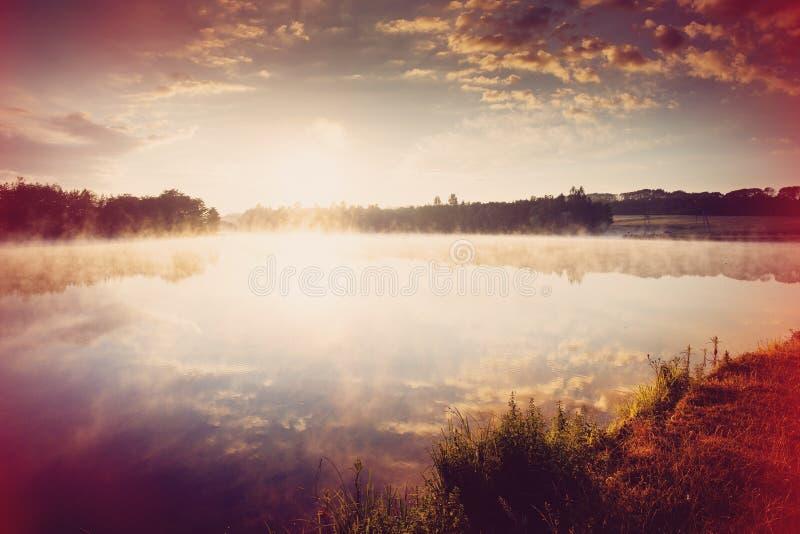 mooie achtergrond van aard prachtig nevelig landschap verbazende mistige ochtend, kleurrijke die hemel in het water van rustig wo stock foto's
