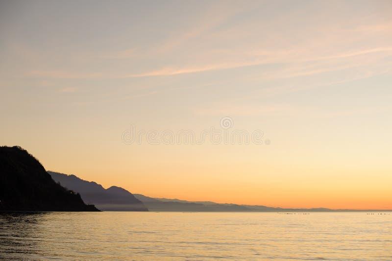 Mooie achtergrond van de bergen van de Kaukasus en duidelijk zeewater stock foto