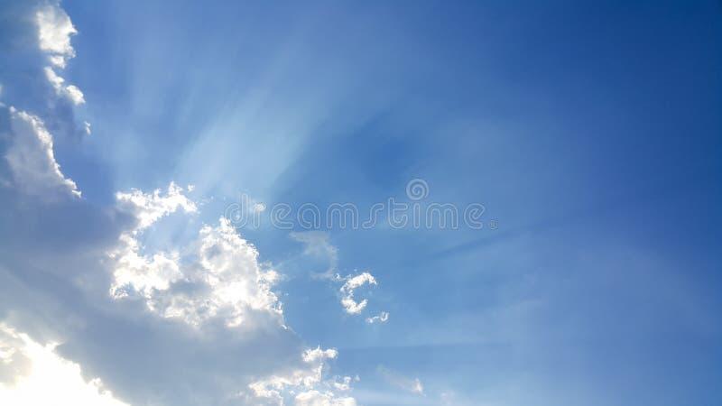 Mooie achtergrond van wolken, duidelijk zichtbare lijnen van witte wolken en blauwe hemel royalty-vrije stock afbeelding