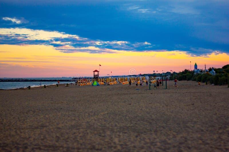 Mooie achtergrond zonsondergang op de stranden van Jesolo, stads onderhand super georganiseerd om zijn toeristen gelukkig te make royalty-vrije stock afbeelding