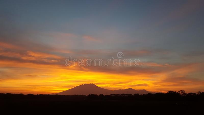 Mooie actieve de vulkaankrater van de zonsopgangmening stock foto