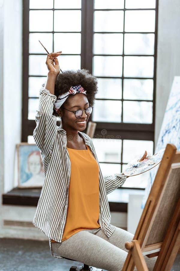 Mooie Afrikaans-Amerikaanse kunstenaar die vrolijk en gelukkig voelen stock fotografie