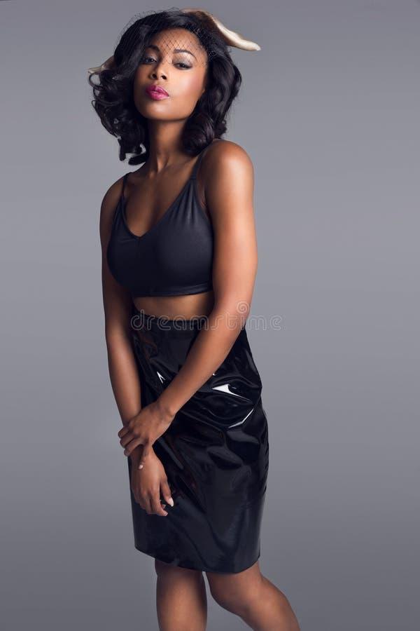 Mooie Afrikaanse Amerikaanse jonge vrouw stock afbeeldingen