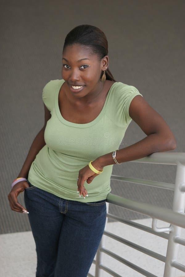 Mooie Afrikaanse Amerikaanse universitaire student stock foto