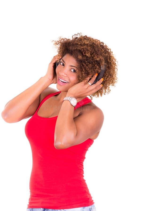 Mooie Afrikaanse Amerikaanse vrouw die luisteren aan royalty-vrije stock foto