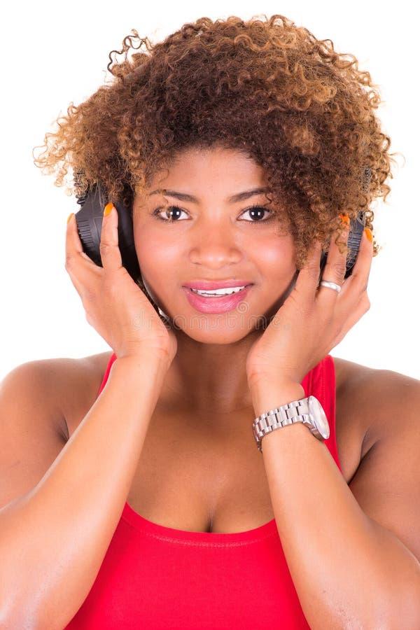 Mooie Afrikaanse Amerikaanse vrouw die luisteren aan royalty-vrije stock fotografie