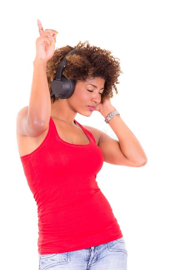 Mooie Afrikaanse Amerikaanse vrouw die luisteren aan stock fotografie