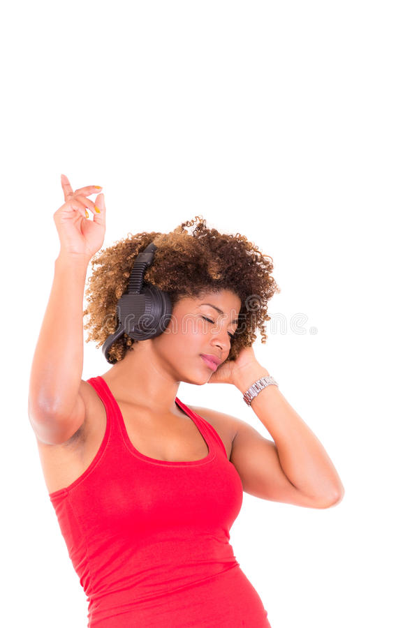 Mooie Afrikaanse Amerikaanse vrouw die luisteren aan royalty-vrije stock foto's
