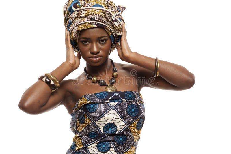 Mooie Afrikaanse mannequin in traditionele kleding. stock foto's