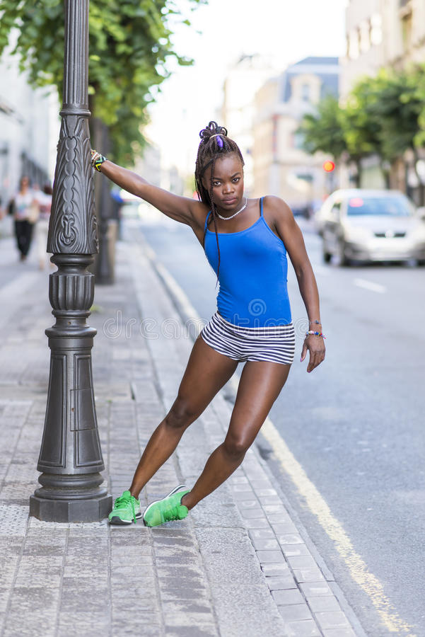 Mooie Afrikaanse sportvrouw die rek, gezonde levensstijl doen royalty-vrije stock fotografie