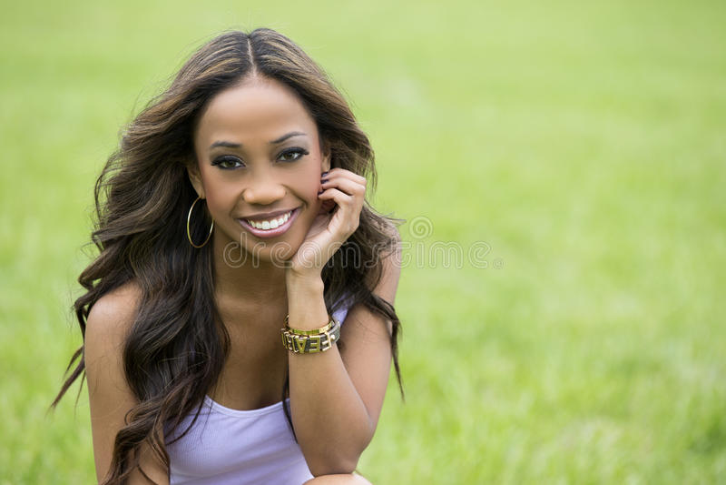 Mooie Afrikaanse vrouw in het park stock fotografie