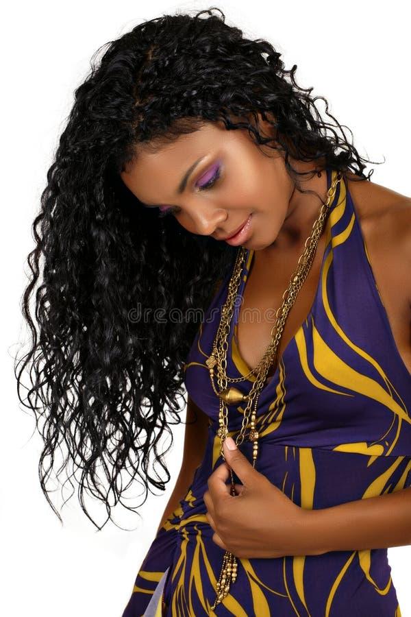 Mooie Afrikaanse vrouw met lang krullend haar. royalty-vrije stock afbeelding
