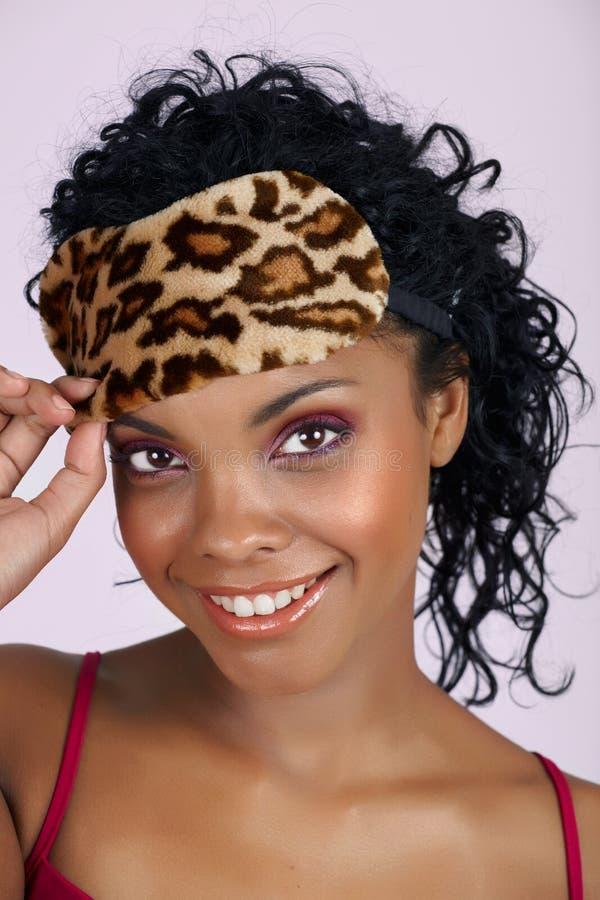 Mooie Afrikaanse vrouw in slaapmasker stock afbeelding