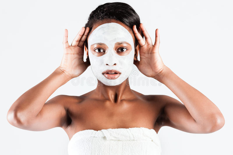 Mooie Afrikaanse vrouw in Studio met gezichtsmasker royalty-vrije stock afbeelding