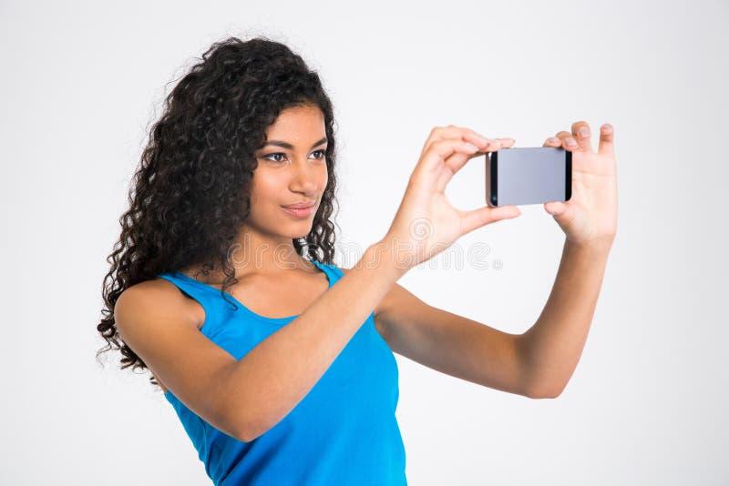 Mooie afro Amerikaanse vrouw die selfie foto maken stock fotografie