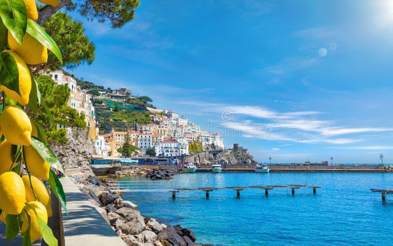 Mooie Amalfi op heuvels die neer tot kust, comfortabele stranden en azuurblauwe overzees op Amalfi Kust in Campania, Italië leide royalty-vrije stock foto