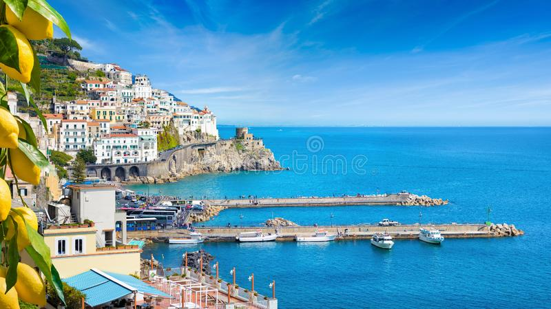 Mooie Amalfi op heuvels die neer tot kust, comfortabele stranden en azuurblauwe overzees op Amalfi Kust in Campania, Italië leide royalty-vrije stock afbeeldingen