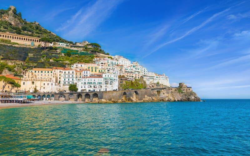 Mooie Amalfi op heuvels die neer tot kust, comfortabele stranden en azuurblauwe overzees op Amalfi Kust in Campania, Italië leide stock fotografie