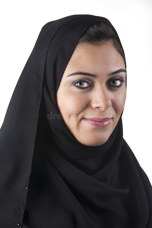 Mooie Arabische dame die traditionele Islamitisch draagt stock fotografie