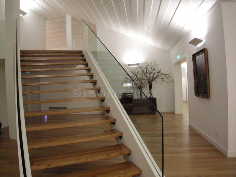 Mooie architecturale trap met licht royalty-vrije stock afbeeldingen
