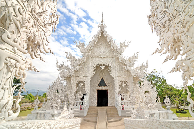 Mooie architectuur witte tempel in Chiangrai Thailand stock afbeeldingen