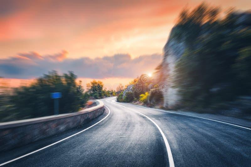 Mooie asfaltweg in de avond royalty-vrije stock fotografie