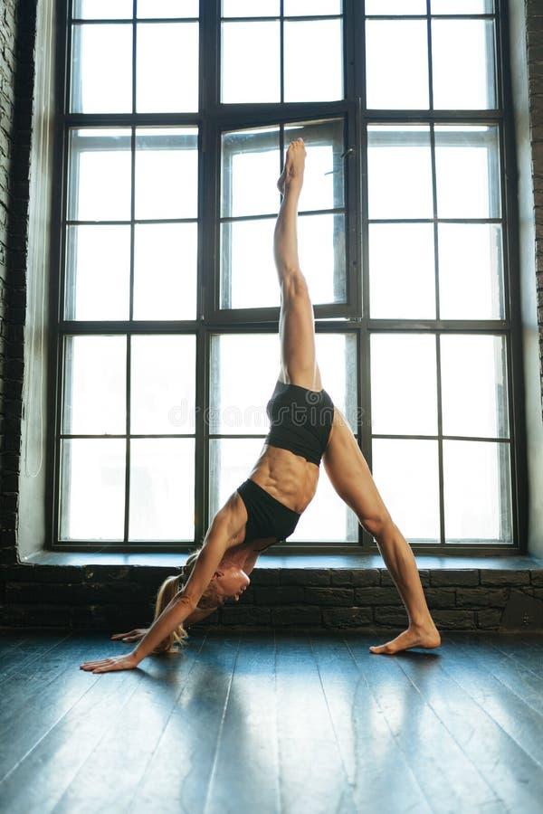 Mooie atletische blondedanser en sportvrouw met mooi royalty-vrije stock afbeeldingen