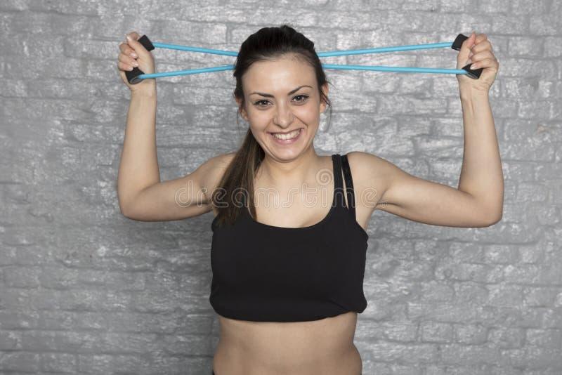 Mooie atletische vrouw die oefeningen doen stock foto's