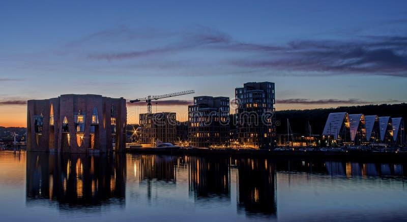 Mooie avond in Denemarken Nachtmening over de stad stock foto's
