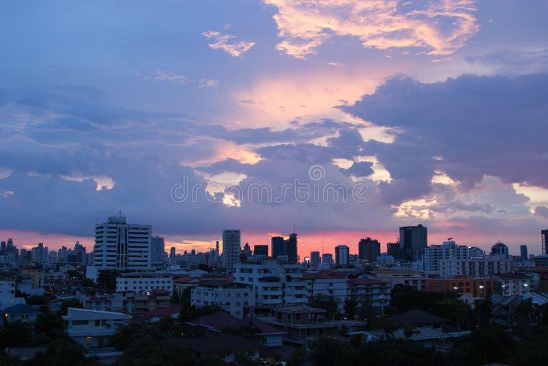 Mooie avondhemel in de grote stad stock foto's