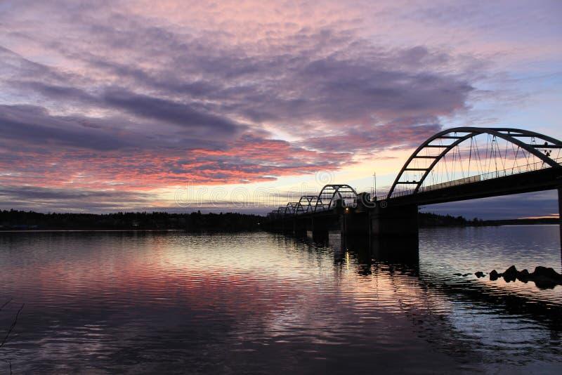 Mooie avondhemel over Bergnasbron in Lulea royalty-vrije stock foto
